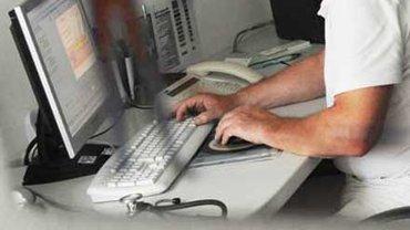 Am Computer: ver.di-Betriebsgruppen setzen immer mehr auf Information und Austausch im Netz
