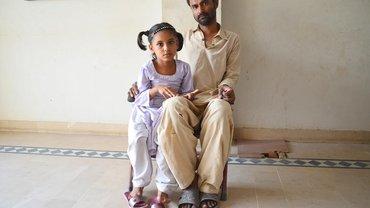 Angehörige eines Opfers beim Brand einer Textilfabrik in Karatschi/Pakistan im September 2012