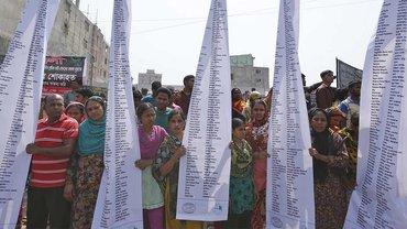 Jahrestag: Anghörige der Opfer vom Einsturz des Rana Plaza Komplexes in Bangladesch gedenken ihrer Toten