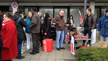 ver.di spendiert Erbsensuppe in Wiesbaden am Rhön-Helios-Aktionstag