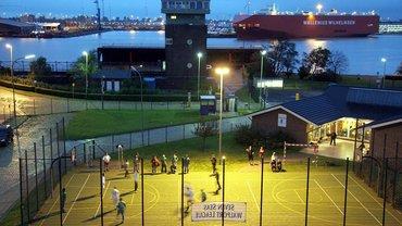 Sportfeld des Seemannsclubs Welcome in Bremerhaven – wie hier hat die Deutsche Seemannsmission weltweit Sportplätze eingerichtet, damit Crews im Hafen kicken und baggern können. Organisationen wie die ITF unterstützen die Sache unter anderem auch finanziell