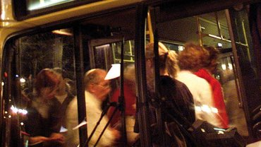 Fahrgäste steigen in einen Bus