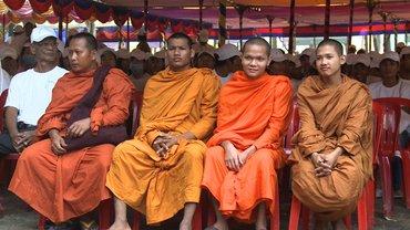 Kambodschanische Mönche bilden einen Schutzschild für Demonstrierende