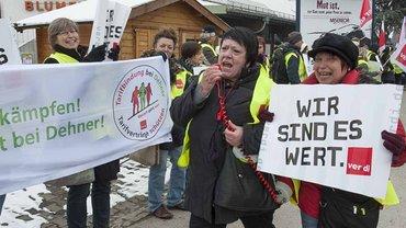 Streikende vor dem Gartencenter Dehner in Augsburg
