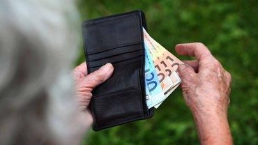 Die Rentenerhöhung zum 1. Juli 2016 kann dazu führen, dass man auch erstmals Steuern auf die Rente zahlen muss.