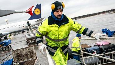 Be- und entladen – Beschäftigte der Bodenverkehrsdienste an den Flughäfen leisten Schwerstarbeit