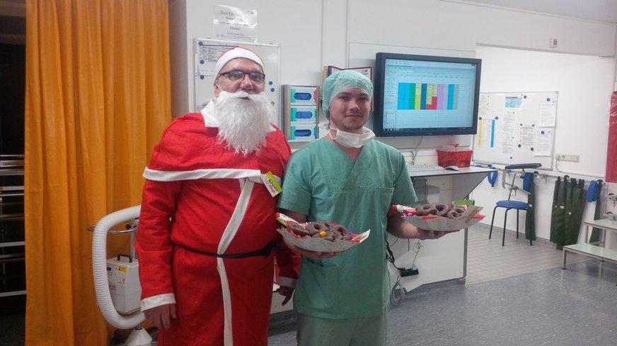 Frau mit Nikolaus in Krankenhaus