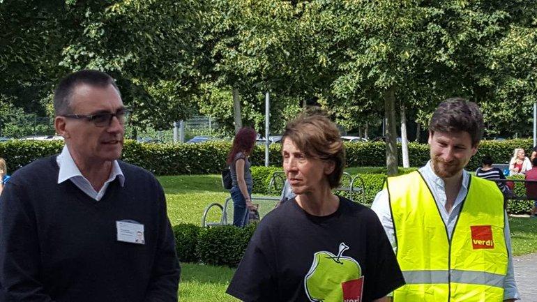 Der Klinikseelsorger (links) spricht