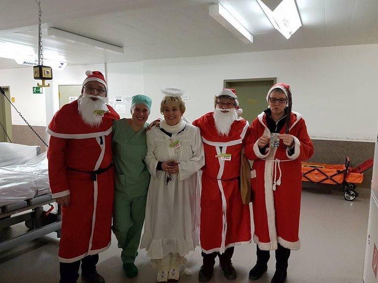 In der Nikolausnacht besuchte der Nikolaus die Nachtwachen, wie hier in der Uniklinik, da waren es gleich drei Nikoläuse und ein Engel. Das Motto: Keine Nacht allein.