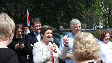 Sylvia Bühler sprach auf der Protestkundgebung vorm Knappschaftskrankenhaus Sulzbach. Hinter ihr der Landesvorsitzende und MdB der Grünen, Markus Tressel