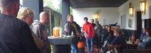 Während des Treffens in Ottweiler regnete, aber die Stimmung war kämpferisch als man sich mit dem Gewerkschaftssekretär Michael Quetting beriet.