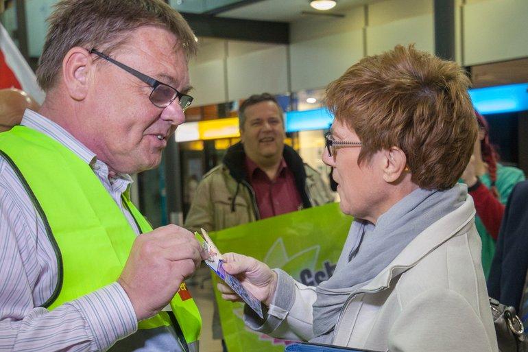 ver.di Sekretär Michael Quetting im Gespräch mit der Ministerpräsidentin des Saarlandes Annegret Kramp-Karrenbauer