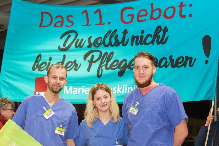 Eine Abordnung der Marienhauskliniken erinnerte am Tag nach der Landtagswahl auf dem Flughafen die Politiker an ihre Versprechungen.