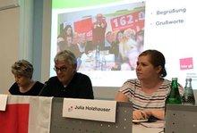 Konferenzleitung, rechts Julia Holzhauser