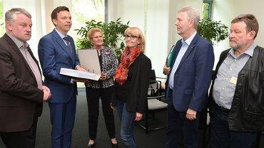 Bild der Übergabe der Petition an MP Hans mit der ver.di Delegation