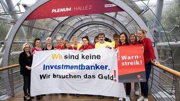 Streikende Beschäftigte der zur Deutschen Bank gehörenden Postbank AG demonstrieren für höhere Einkommen