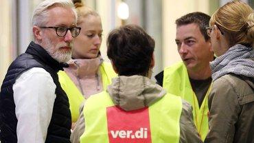 Beschäftigte des Universitätsklinikums Jena warten auf die Verhandlungsführung