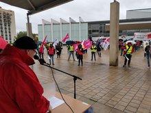 Streikende vor der Congresshalle Saarbrücken