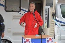 ver.di Landesleiter Michael Blug spricht zu den Streikenden