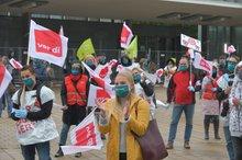 Streikende vor der Congresshalle in Saarbrücken