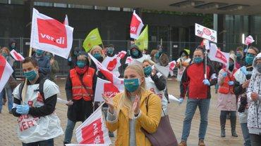 Streikende der Bundesagentur für Arbeit und des Jobcenters Saarbrücken vor der Kongresshalle