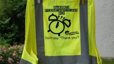 gelbe Streikwest auf Wäscheleine