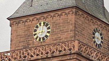 Kirchturmuhr zeigt 9 Uhr